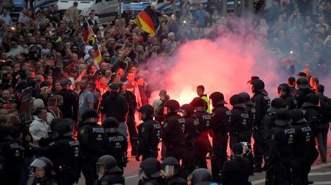 """Interner Lagefilm der Polizei: """"100 vermummte Personen (rechts) suchen Ausländer."""" #Chemnitz"""