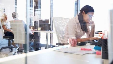 Wenn Frauen ein berufliches Feld betreten, das von Männern dominiert wird, sinkt das Gehalt