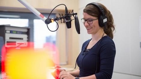 """Wie entsteht der DLF-Podcast """"Der Tag""""? Ein Blick hinter die Kulissen"""