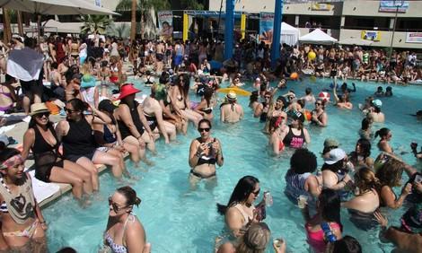 20000 Frauen in Palm Springs - eine Reportage über Dinah Shore, die größte lesbische Party der Welt