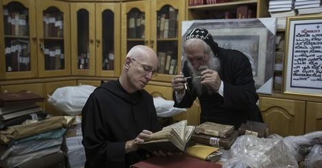 Ein Mönch im Wettlauf gegen ISIS um einzigartige Manuskripte