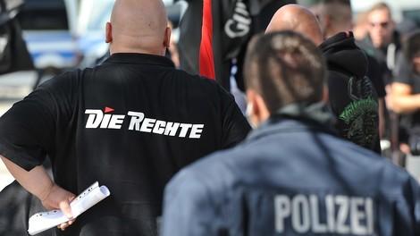 Es ist zum Haare raufen: Wie es Polizei und Justiz Rechtsextremisten leicht machen