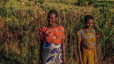 Zum Schutz heiraten Frauen in Tansania Frauen