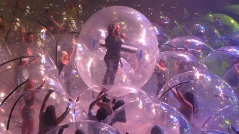 Grandioser Quatsch – Konzerte in Plastikbällen